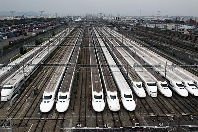 整列する新幹線。