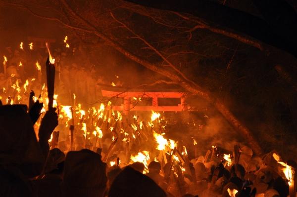 荒ぶる男と待つ女の火祭り、お燈祭り