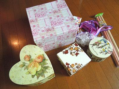 よく考えたら買い物帰りの人が持ってるような箱じゃないなこれ。