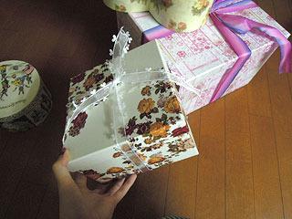 四角い箱にリボンを結ぶ。
