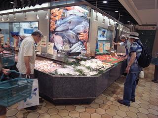 ブツブツと文句を言いつつ、会社の昼休みにデパートの鮮 魚コーナーへ立ち寄り、