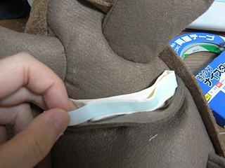 裏地と体を縫い合わすのが困難だったので、布用強力両面テープでとめる。