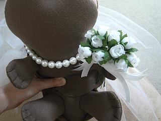 花嫁はんざきにはドレスはないが、ティアラにベール、ブーケにネックレスで、華やかに。