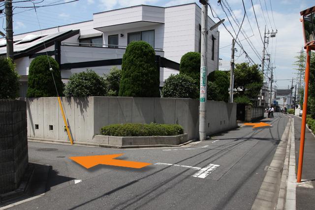 1軒の家を挟んで、手前と奥に路地がある