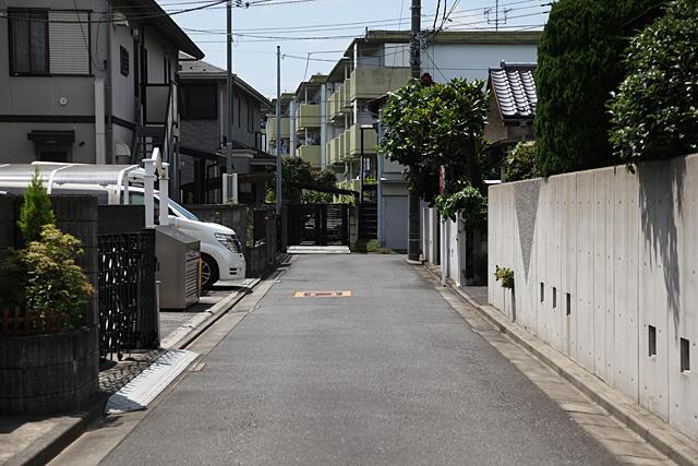 一見普通の路地だけどまわりに比べて超静か