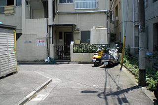 角の外側はバイク置場に