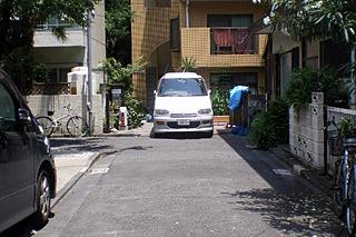 次の角には車が置かれてるあたりコの字路地の自由さ