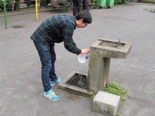 丼を公園の水道で洗ってるのはどう見てもダメっぽかったけど