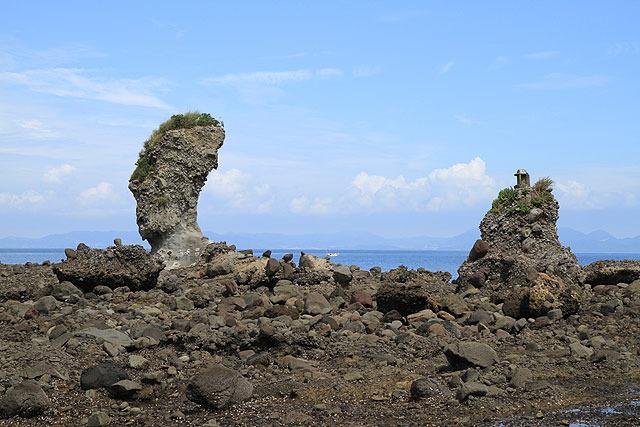 岩の近くには、上に祠が乗った岩もある。