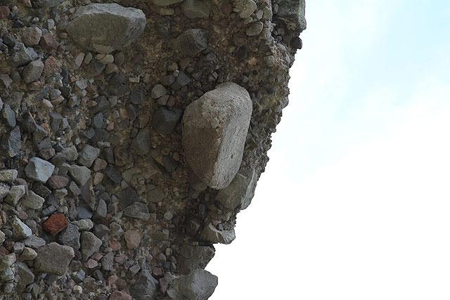 重力を完全に無視してるように見える石もある。なんでコレ落ちないの?