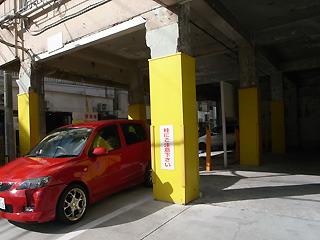 建物の一階部分をぶち抜いて制作。箱もワイルドなら入っている車もなかなかハードに凹んでいる。