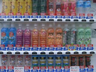 すべて100円という潔さ。チェリオの自動販売機がやけに多いのも沖縄の特徴である。