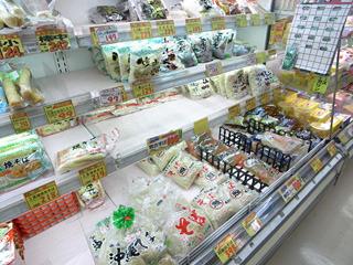 充実の沖縄そばコーナーは夜中なのでちょっと売り切れ気味でした。