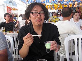 尾張さんが普通にアイスを食べていたら、何人もが「なんでアイスやねん!」と普通に突っ込んでいた。