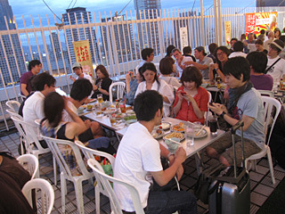 お誕生会の参加者は20人以上。知り合いは尾張さんだけで、さらに全員が関西在住という超アウェー。