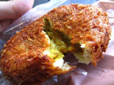 元祖カレーパンを買いましたけど、テレビロケみたいに店内で食べるわけにはいかないので、そのへんの公園で、食べましたねえ。