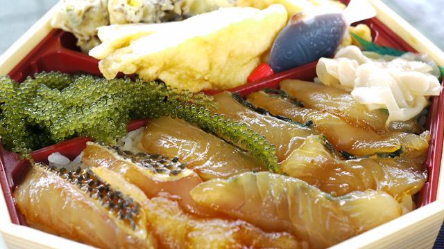 酢飯とヅケにされたイラブチャー、海ぶどうに天ぷらがイカ、白身、もずくの3種入