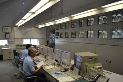 特別に見せていただいた司令室。高架部分の駅の様子を常にモニタリングしている