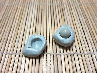 小さめのも作った。最初に球を作って、それにワセリンを塗って雌型を作る訳です。