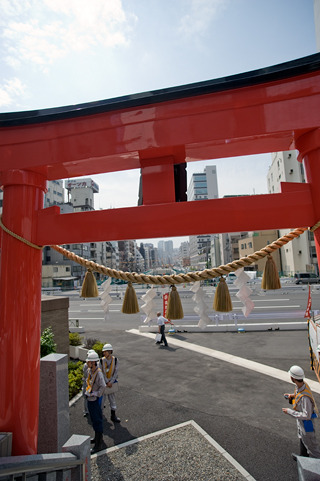 第一京浜渡った汐留側の地上には、今回の工事のために移転した神社が。境内からふり返ると、鳥居の向こうに、まるで参道のように環状2号線が。