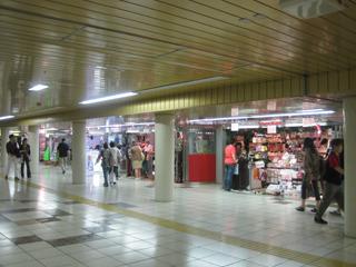 新宿メトロピアも「SALE」。メトロピアってどこだろう? と思ったら、東口から西口に抜ける地下通路の商店街のことだった。むかしここ全部小さな箱に入った旅行代理店だったよな
