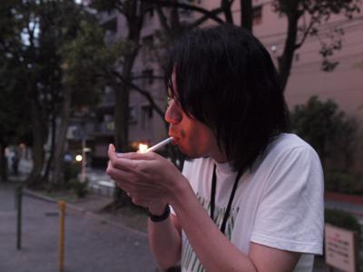 煙を吸い込み