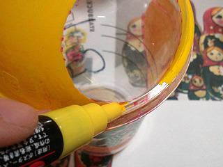 カップにはさまざまな凹凸があり、行く手を阻む。