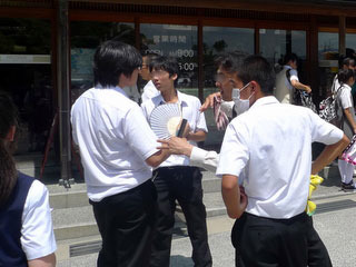 扇子を持ってる生徒はいた。粋を気取らず、素直に木刀買ってほしい。