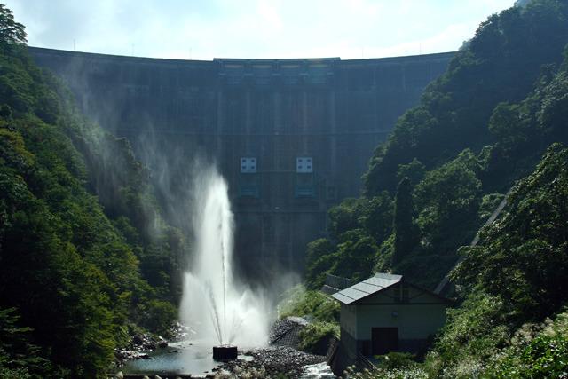 水の出口を上向きにすることで噴水にするというナイスアイデア(真名川ダム)