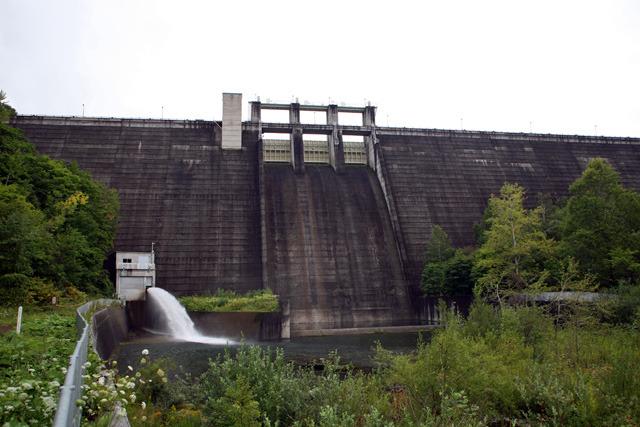ダム脇のバルブから放流してるけどせっかくなら上の水門を開けてほしい(金山ダム)