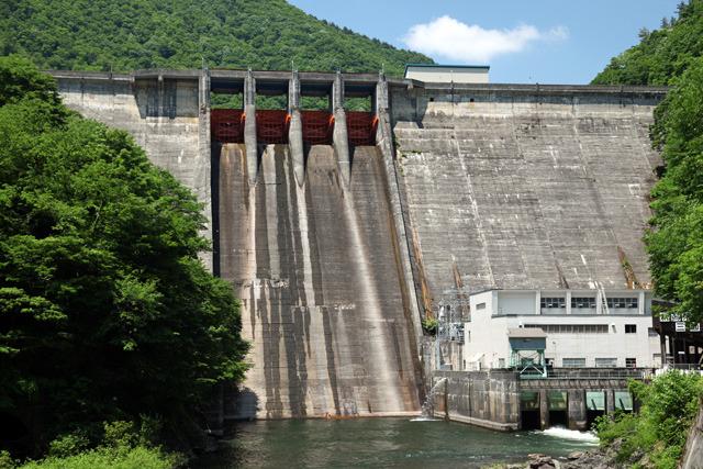 右下の発電所からかろうじて放流されているのが見える(三面ダム)