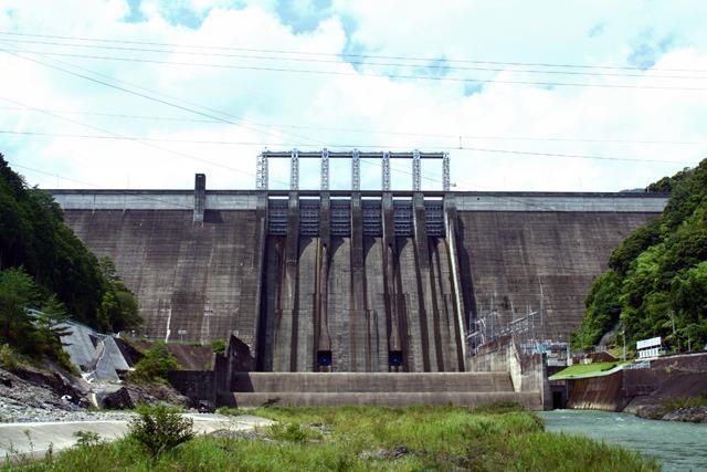 しばしば渇水や大雨でニュースになるダムも普段は発電所(右下)から水を流しているだけ(早明浦ダム)