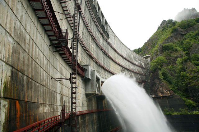 札幌から1時間の巨大アーチダムも黒部ダムのような放流(豊平峡ダム) ※立入禁止場所から許可を得て撮影