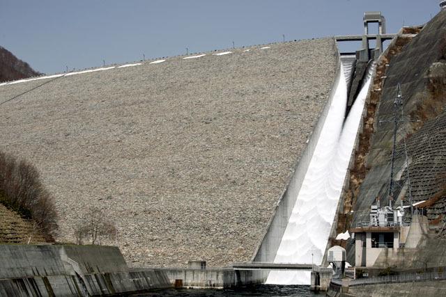 最初に雪融け放流の存在を知ったのがここで、以後毎年のように観に行っている(奈良俣ダム)