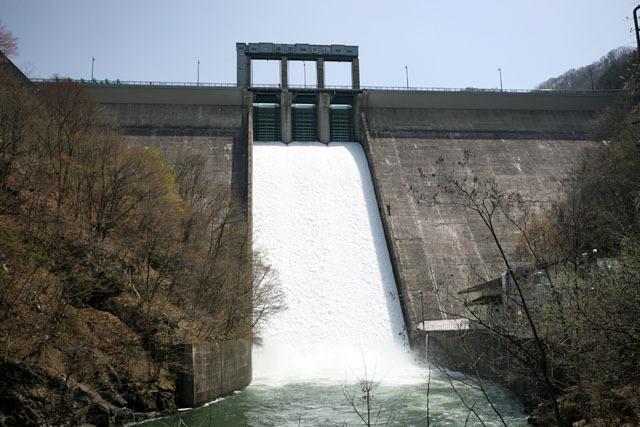 これぞ日本の標準的ダム、というバランスのいい形のダムが豪快に放流(藤原ダム)