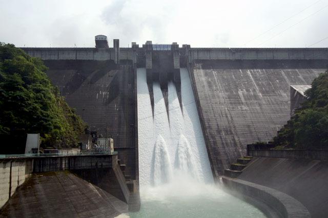 公開点検放流ブームの火付け役、とも言える下久保ダム。2005年に完成以来初めてクレストの2門を開け、その後2008年にはこの通り4門同時に開けるというダム好きからすれば信じられないアクロバットを敢行