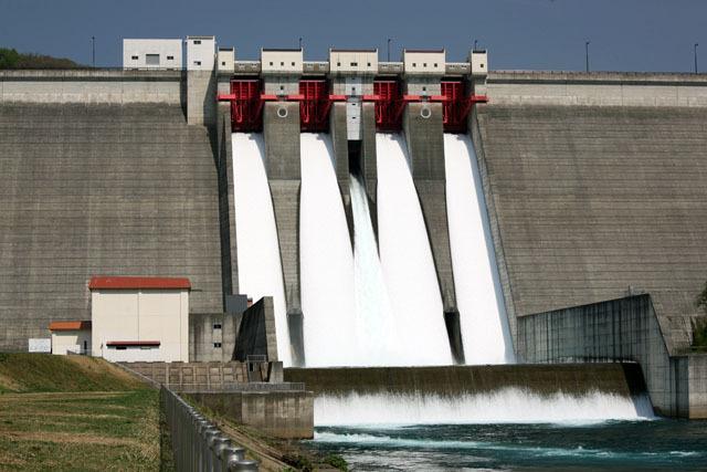 その翌年、でかいけどどこか地味だった玉川ダムが突如、完成以来初めてのクレストゲートからの放流を、しかも4門すべてで行うと発表、思わず泊まりがけで秋田まで観に行ってしまった