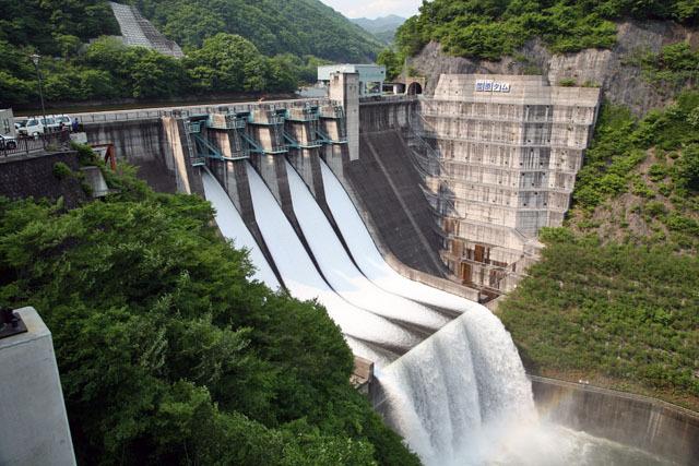 個性派揃いの利根川水系のダムの中では思わず忘れられがちな薗原ダムも、まるで大学デビューしたかのように派手なクレスト点検放流を実施