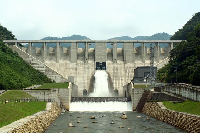 初めて観た日の数日後に大雨が降ったのでもう一度行ったらちょうど真ん中のゲートから豪快に放流していた(苫田ダム)