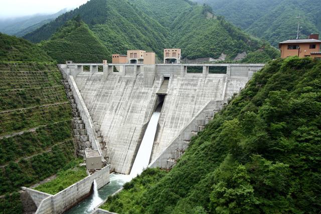 周りに何もない山の中で突然放流しているダムが出てきてかっこよさにしびれた(深城ダム)