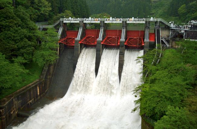 治水の用途のない小さな発電用のダムは大雨のときの放流の豪快さが違う(久瀬ダム)