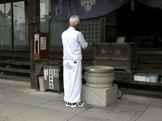 ふと本堂を見ると、観自在寺の通夜堂で一緒になった、本格派おじいちゃんが読経していた