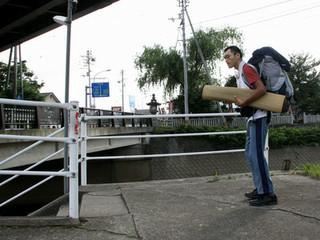 一方、私はゴザを片手に橋の下へ