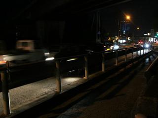 夜になっても、国道56号線の交通量は減らない