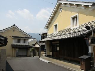 松山方面へ抜ける旧街道沿いの町並みが凄い