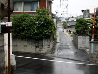松山市街地の住宅街を行き――