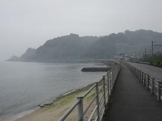 海沿いの車道をひたすら歩き――