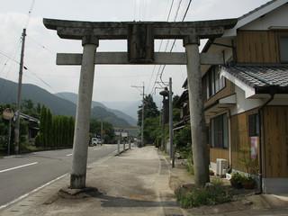 横峰寺の山号、石鉄山の鳥居をくぐり――