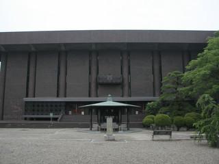 文化会館みたいな建物の、61番札所香園寺へ