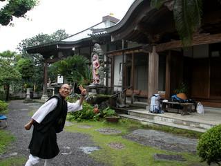 高知県の足摺岬で出会い、三角寺の登山口で再会して二夜を共にしたお坊さん遍路。ポーズはお茶目ですが、毎日托鉢修行もやっており、私が諦めた石鎚山にもしっかり登った凄い人